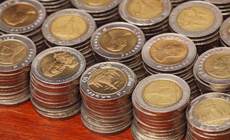 Buitenlanse munten waaronder Thaise Baht lijken op 2 euromunten