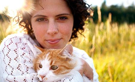 Vrouw met kat in tegenlicht