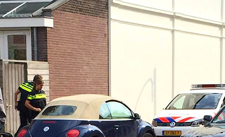 Honden in auto voor deur van dsz Kleverpark