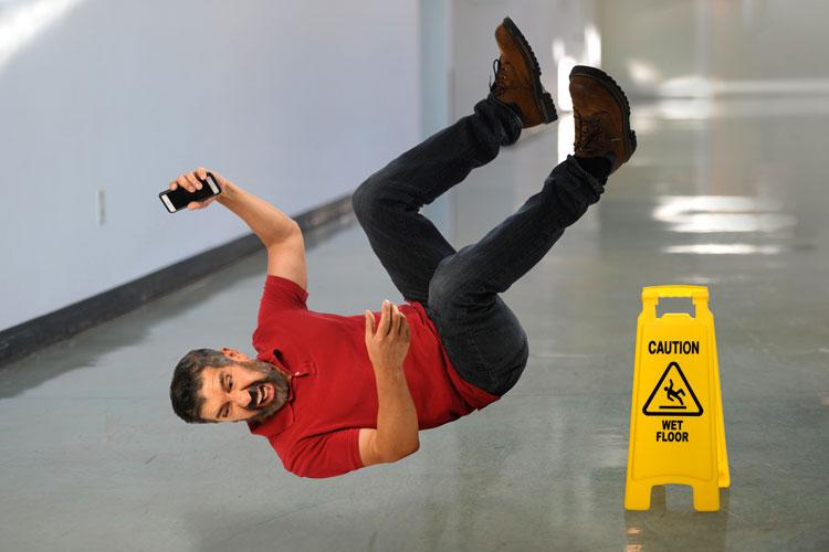 Uitglijden op natte vloer - gebroken been - verzekerd?
