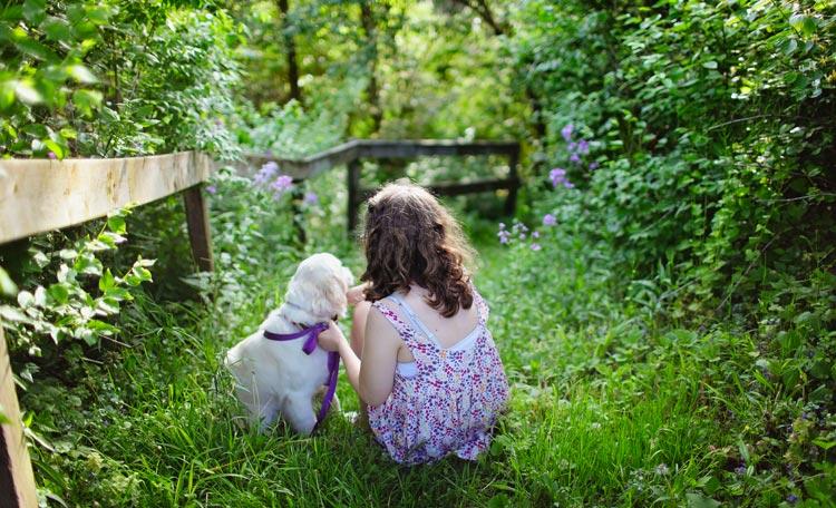 Kind met hondje in de natuur
