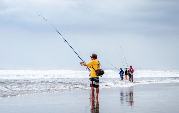 Sportvissers aan het strand