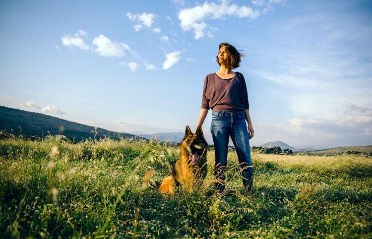 Vrouw met hond in landschap